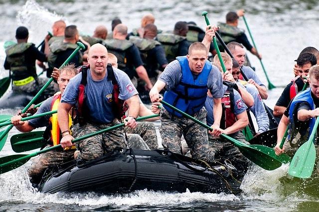 men boat racing